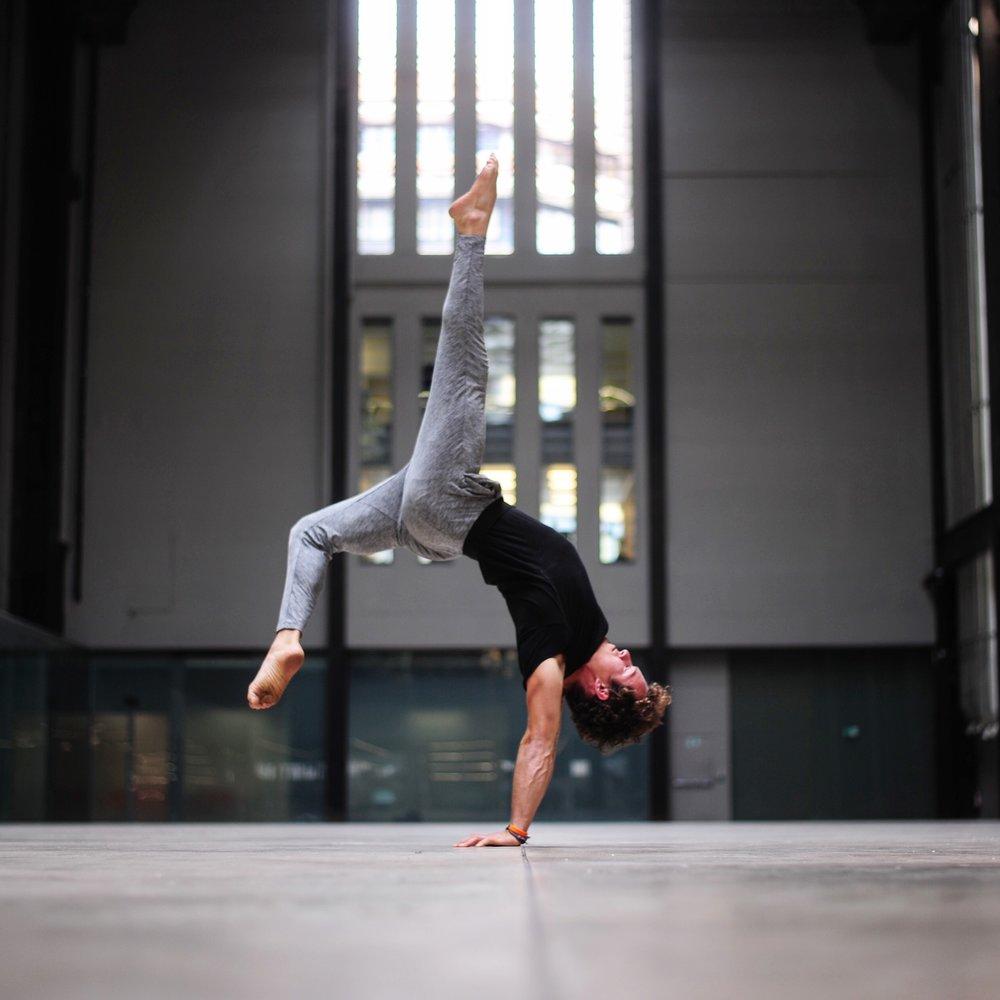 DCM Lifestyle & Yoga Sweden Handstand