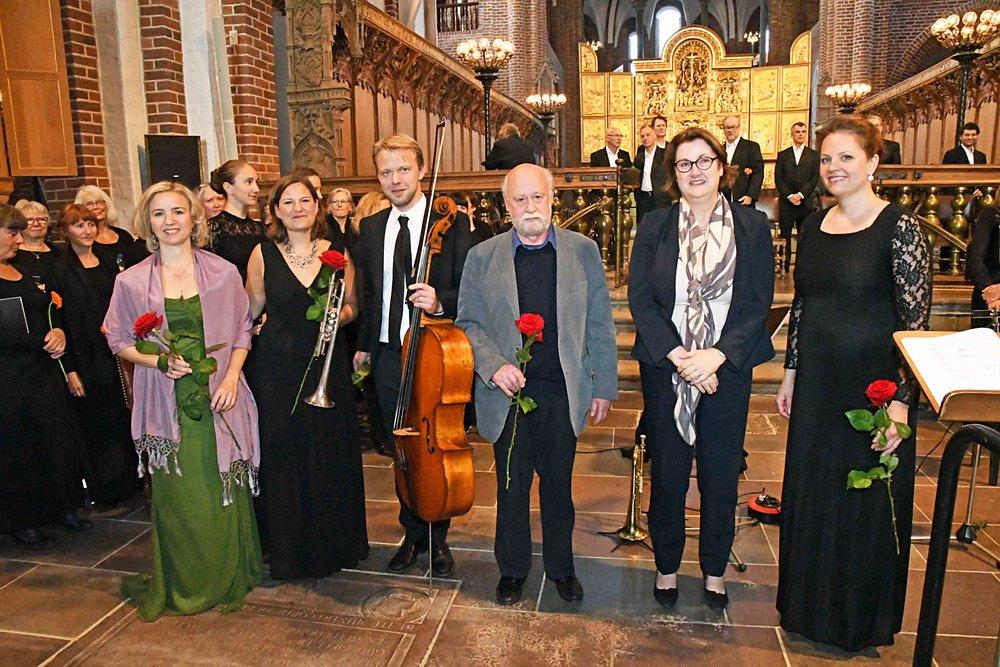Photo HASSE FERROLD. R-L: Conductor Beate Willma, The Ambassador of Ireland. Composer Hans-Erik Philip, Cello Henrik Dam Thomsen, Dorthe Zielke, Singer Nina Bols Lundgren.