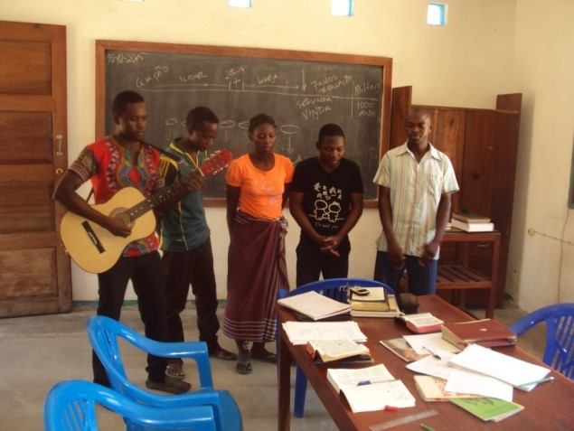 Trainees sing a summary to Bible Survey course – Mozambique