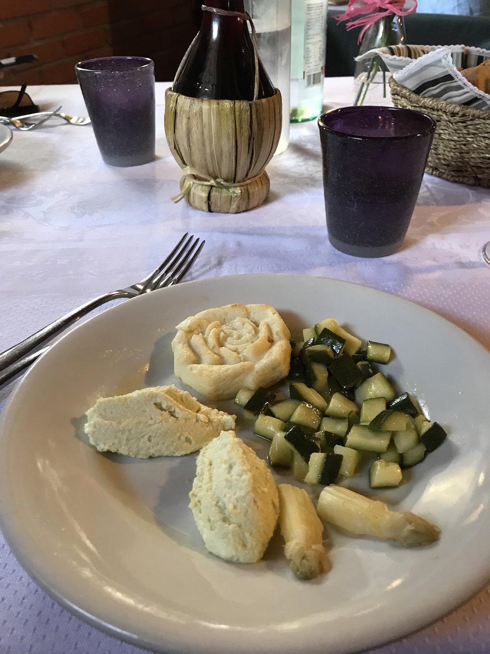Piccolo sformatino all' apsarago bianco di Cimadolmo cnelle all'uovo e tartare di zucchine.