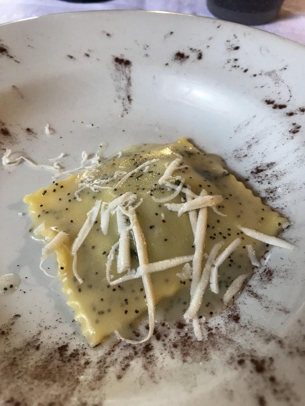 Il raviolone alle erbette spontanee burro, salvia, papavero e la ricotta salata.