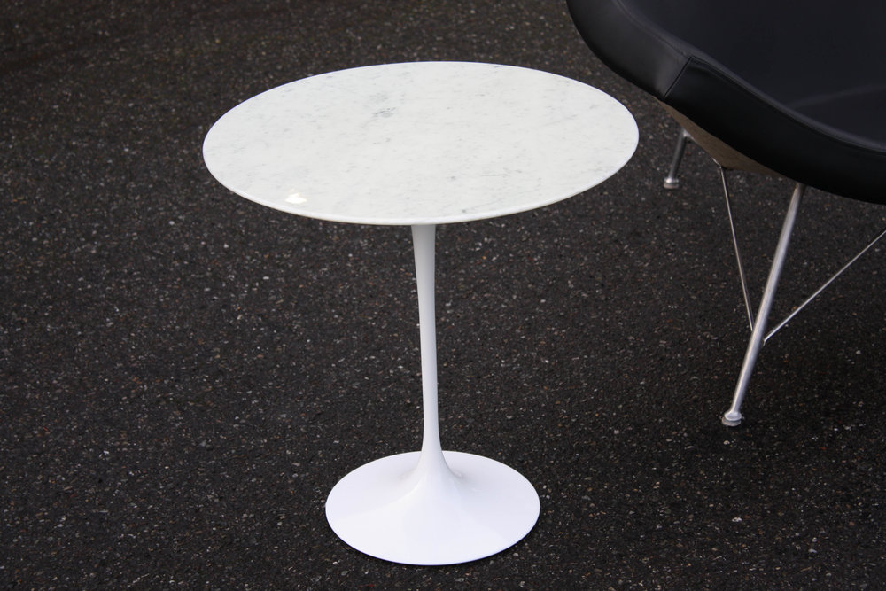 featured here is an eero saarinen tulip side table for knoll white marble top with beautiful gray veining and a knife edge detail