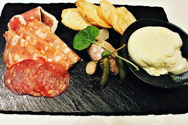This delightful charcuterie platter had lovely meats, buffalo mozzarella, pâté and large capers at William Blue Dining in The Rocks Sydney #charcuterie #restaurant #dinner #tasty #delicious #finedining #pate #therocks #eat #mozzarella #sirandmladyinvited #buffalomozzarella #sydney #sydneyfood #sydneyfoodblogger