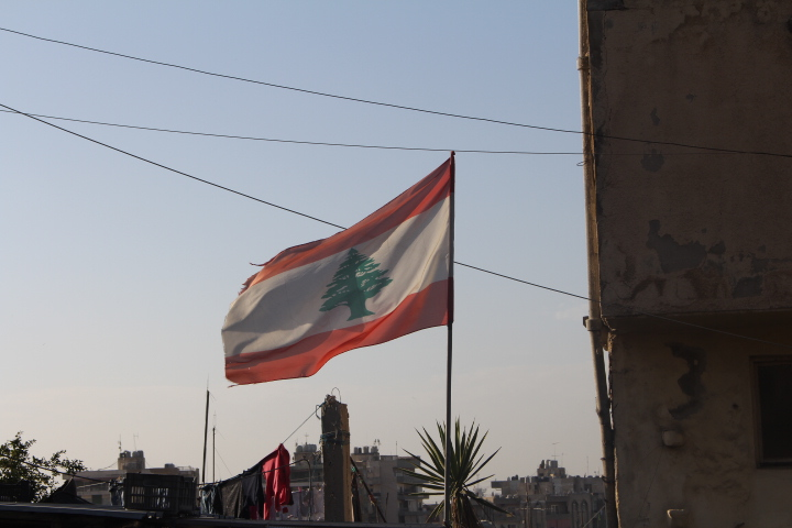 Matthew Williams/ The Conflict Archives : The flag of Lebanon flying in the wind in Tripoli (northern Lebanon).
