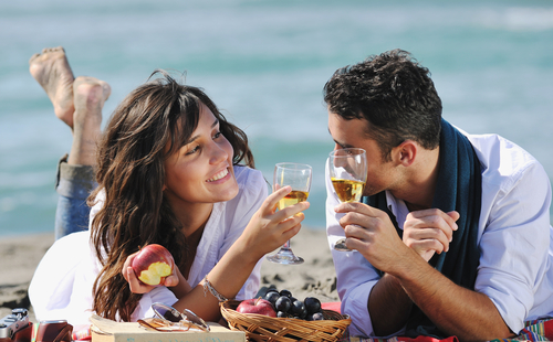 couple-on-a-picnic