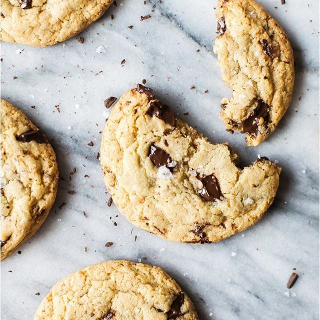Finding time to bake cookies for probably the last time in this home. There are boxes everywhere and it's complete chaos but I had to bake one last batch (and I feel like I deserve it after the intense workout @paigemcmichen and I did this morning 💪🏻). We pack up the kitchen tonight and I'm trying not to think about all the memories we made in this space. Houses are so emotional, y'all. Looking forward to new memories made in our new home but sad about leaving this home behind.