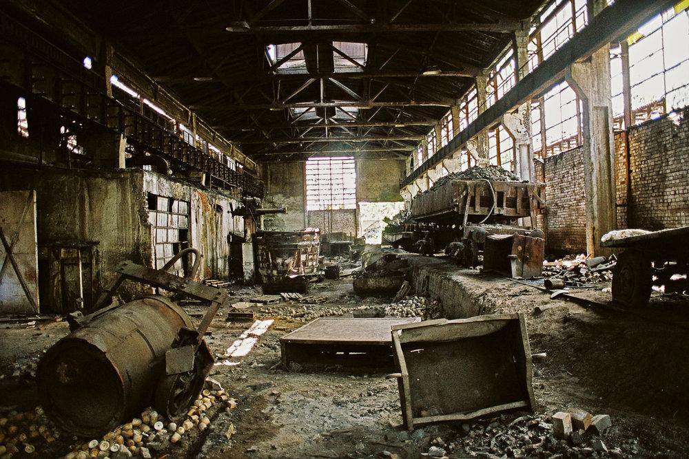 6-Usine sidérurgique en friche-Hunedoara-Roumanie-2006.jpg