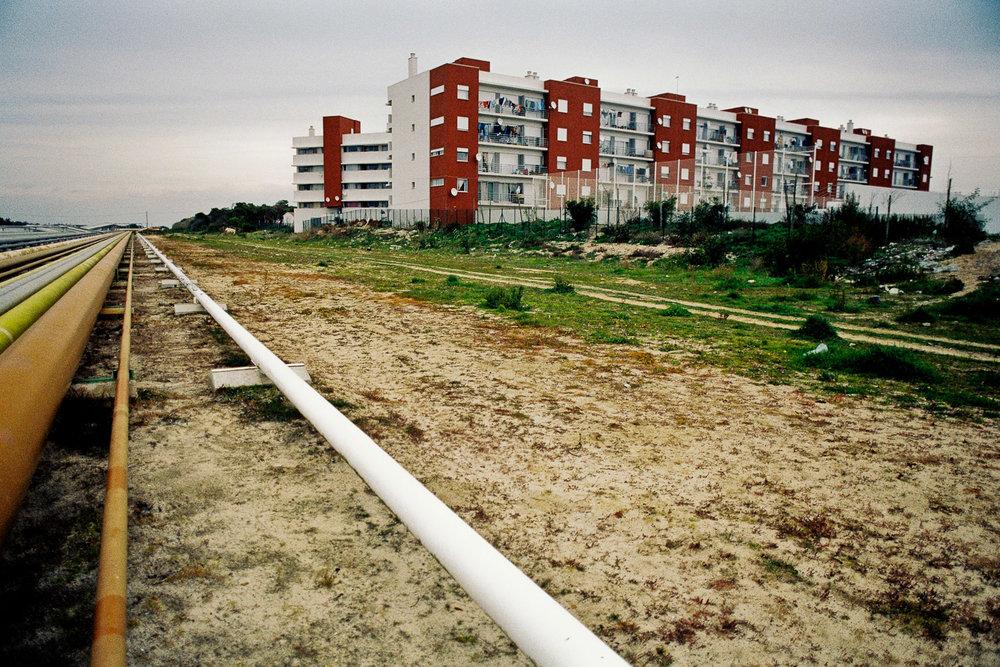 11-Pipeline traversant la ville-Sines-Portugale-2006.jpg