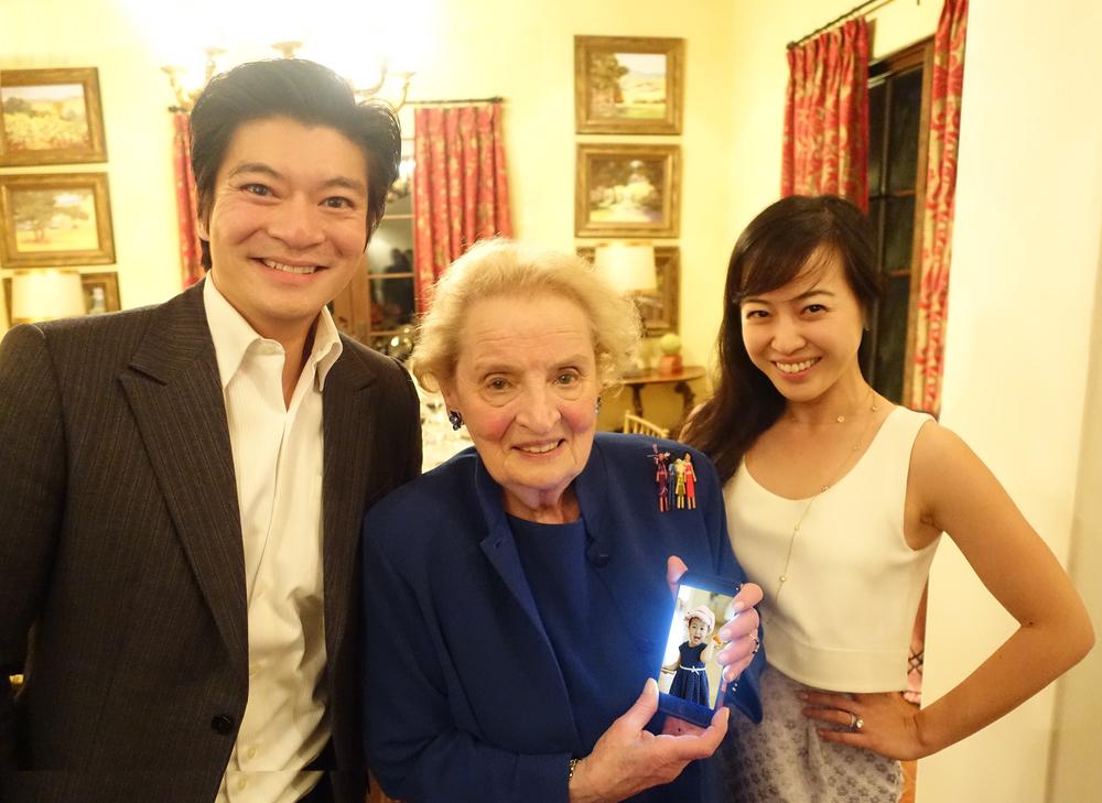 我,马德琳(拿着我女儿钟心懿的照片),我太太陈中珊