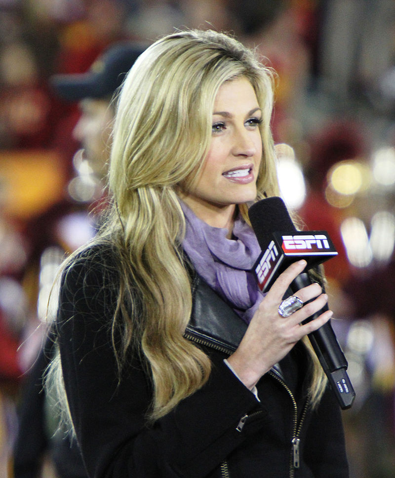 Erin Andrews field reporting at USC vs. Oregon game, 2010. Neon Tommy, Wikimedia Commons.