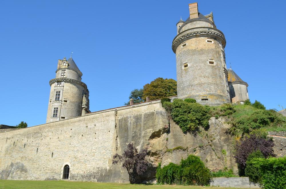 Châteaux:    Apremont; Tiffauges; Commequiers; Talmont St Hilaire; La Garnache;