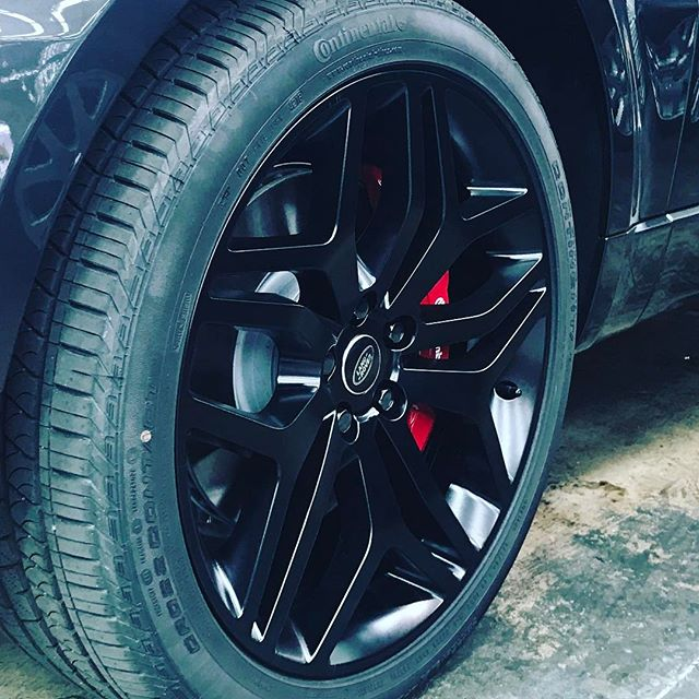 Always looking good with the @continental_tire @brembobrake @landrover #hyperdrivenz #landrover