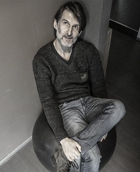 Vittorio Fradelizio architetto Progettazione Non fatevi ingannare - la sua apparente riservatezza non è altro che un'insolita manifestazione della sua grande creatività. Punto. :)