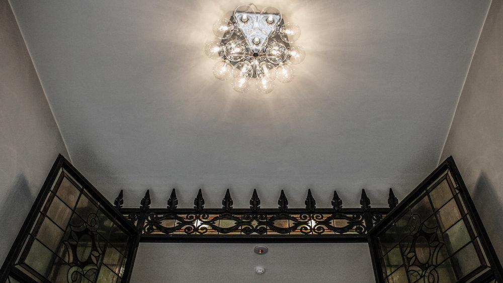 Particolare dell'ingresso con lampadario Taraxacum di Flos