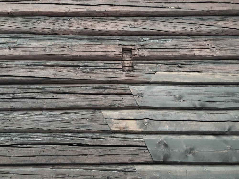01/2016 - Detalje av nytt og gammelt tømmer på Hytte Eggedal.