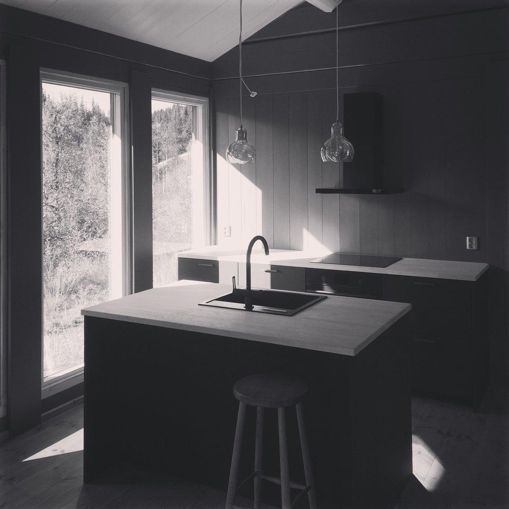 09/2016 - Hytte Eggedal er nær ferdigstillelse - kjøkkenet er selvprodusert på Fellesverkstedet.