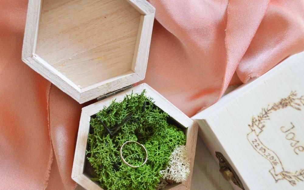 Porta alianzas de madera con musgo natural o flor preservada