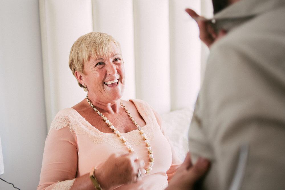 Hay madres que con solo mirarlas a la cara son pura alegría el día de la boda, y la de Pilar era así todo el rato. ¡¡Puro amor!!