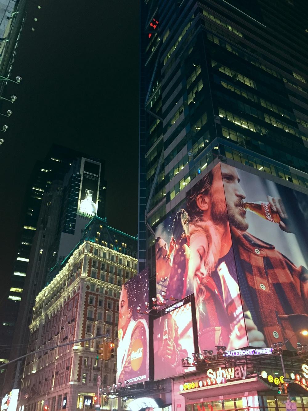 Hochaus in New York mit Coca-Cola Werbefläche