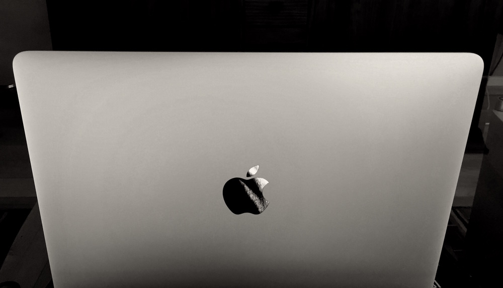 macbook-front-black/white