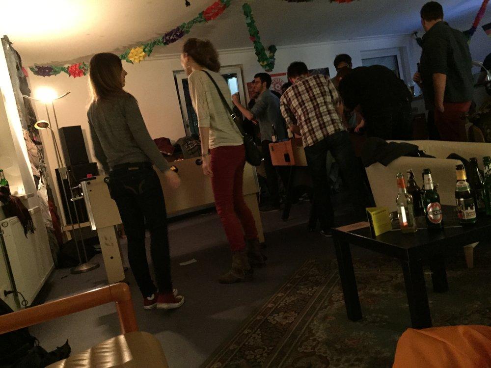 Abend in einer Wohnheimbar mit Kicker