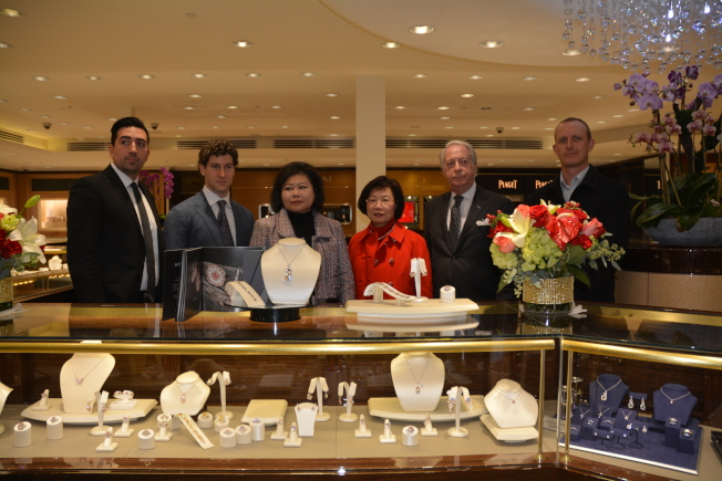 From the New York Choi Wan West family to provide the balance of more than 40 diamond jewelry at the weekend in San Gabriel Changxing jewelry watches and clocks gold line display. From left to right: jewelry family Gino Di Geso, Scott West, Changxing Jewelry Executive Director Valerie Lee, founder Lee Yu Miao Ling, Paul Sterman, diamond expert Aaron Celestian. (Reporter Yang Qing / photography)