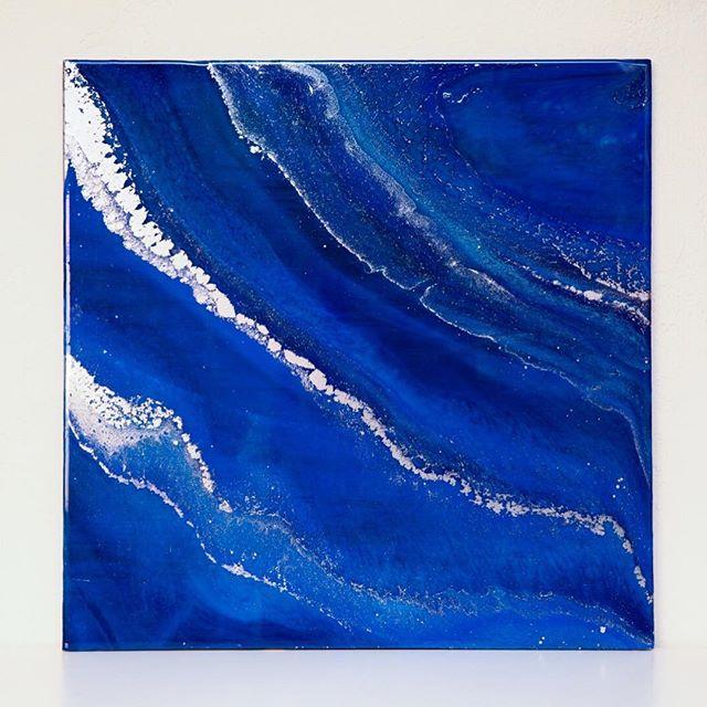 I usually work in brighter blues but I am so into this dark blue and silver guy! 🌊 🎨 . . . . #phoenixartist #artresin #artstudio #resinart #fluidpainting #fluidart_daily #fluid #fluidart  #designlife #interiordesign #makersgonnamake #makersmovement #azmakers #designideas #flashesofdelight