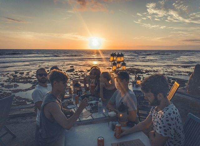 """""""Nyte, spise, være: et litte illustrasjonsbilde av en potensiell svært hygge- og  sommerlig aften på KRIK Bali."""" Glad i grillsesong og lyse sommerkvelder med alt som griljast kan (jf. Kiwi-Tina) med et herlig knippe mennesker? Dersom du midt i skrivende stund er i et grillkalas eller annet trivelig (VM?)lag, så kan vi minne om at det er sommer på Bali ca hele året. Just sayin' ✌🏽✌🏼"""