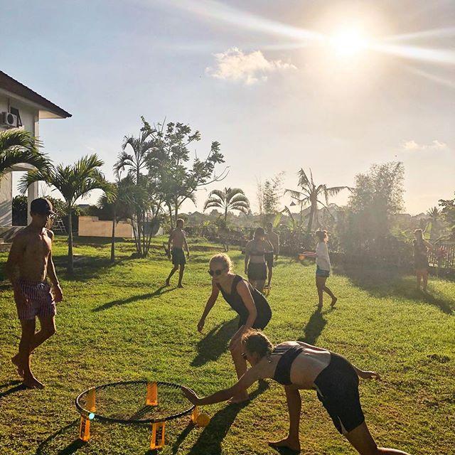 Samme om du liker å bare chille i sola , eller ofrer alt for hver ball i spikeball. I denne hagen er det plass til alle #søkkrikbali #krik #bali #bibelskole