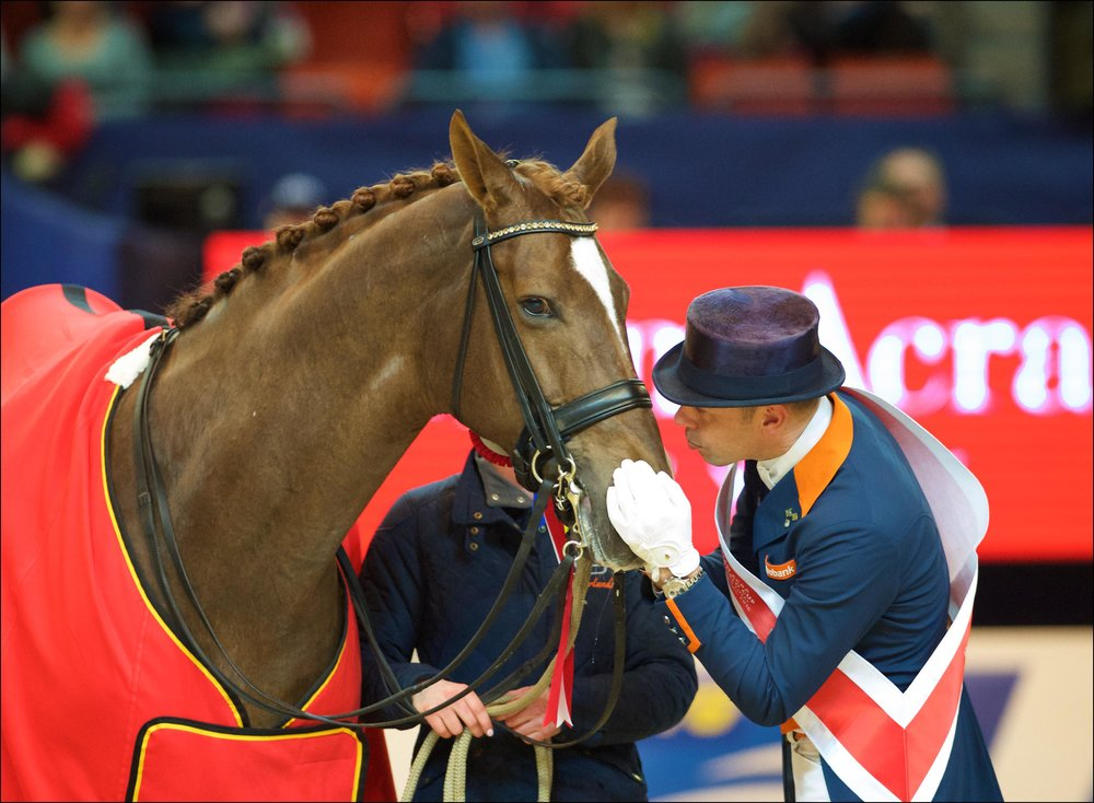 Hans Peter Minderhoud and Glock's Flirt enjoy a #TwoHearts moment after claiming the Reem Acra FEI World Cup™ Dressage 2016 title at Gothenburg (SWE) last March. (Credit: Arnd Bronkhorst/FEI)