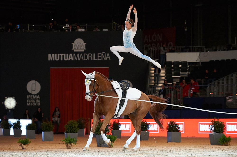 Anna Cavallaro (ITA) wins the FEI World Cup™ Vaulting series opener at Madrid Horse Week with Monaco Franze 4, lunged by Nelson Vidoni. (Credit: Daniel Kaiser/FEI)