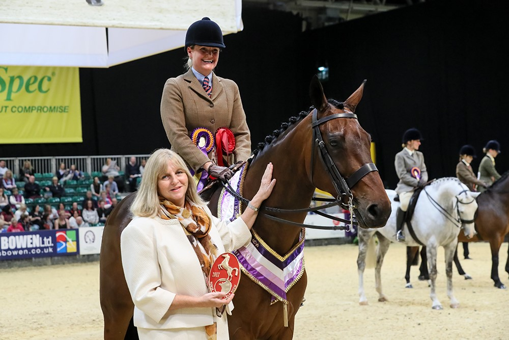 SFAS champ & hunter winner Mister Fezziwig Lynsey Lawrence with Nicolina MacKenzie Pic: 1st Class Images