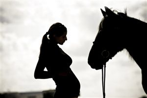 pregnant-woman-with-horse