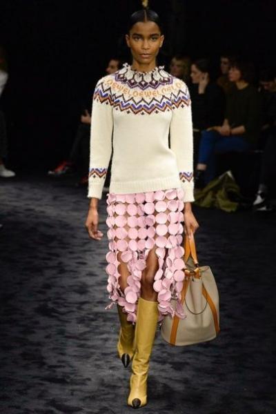PUNTO - Vuelven los jerséis con grecas como esta propuesta de Loewe, de clara inspiración après ski, de cuello vuelto de clásicos aires nórdicos, o de inspiración cowgirl. Punto en su máxima expresión