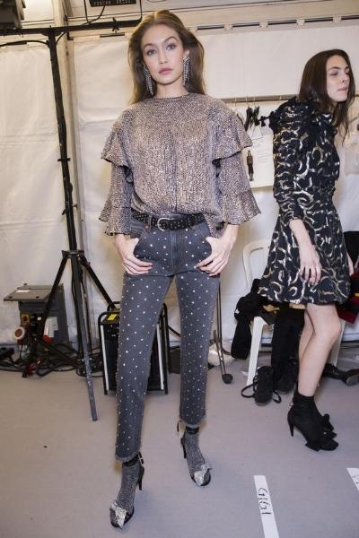 PLATA - El color plata fue el protagonista del desfile de Chanel. Los estampados plateados, las reminiscencias galácticas o los vestidos iridiscentes, son tendencia. En cuanto a los tejidos,el lurex y el lamé vienen para quedarse, para convertir los outfit en muy femeninos. Esta propuesta de Isabel Marant es pura tendencia: denim, estampado en lunares de forma