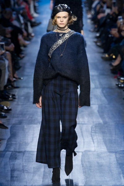 AZUL OSCURO Y (CASI) NEGRO - Una mezcla elegante que se presenta en diferentes texturas y materiales para un look muy femenino. Atrévete a mezclar para obtener un resultado de lo más top, como este look de Dior.
