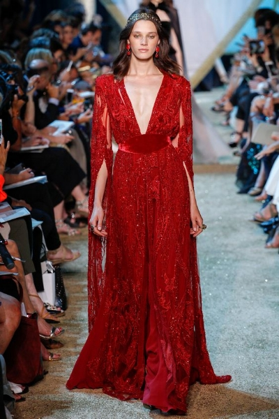 TODO AL ROJO - Es el color de la temporada y se lleva en todas sus versiones: bermellón, frambuesa, magenta, carmesí, etc. Ya sea de día en traje o vestido o en largo para la noche, el rojo es un color muy favorecedor con el que triunfarás.