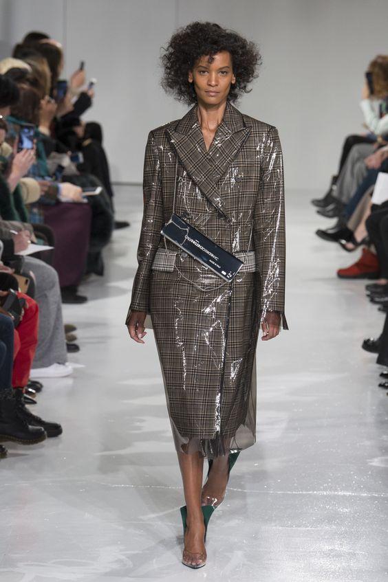 PLASTIC - Ha pasado de utilizarse en impermeables, a verlos en la pasarela en forma de pantalones y faldas. ¿El más deseado? Este trench con estampado de príncipe de Gales de Calvin Klein.
