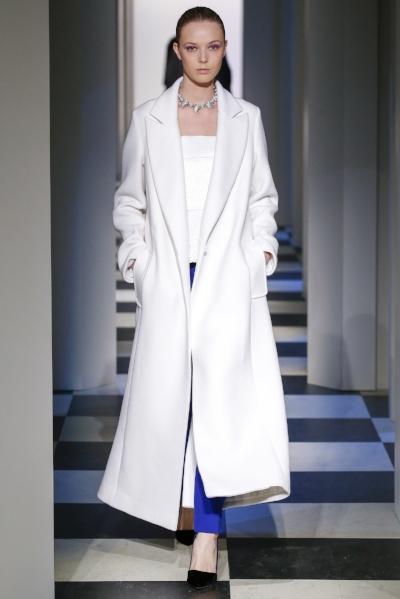 MAXIABRIGO - Un buen abrigo es siempre una inversión segura. Si no quieres comprarte el típico abrigo en color azul marino, negro o camel, este año apuesta por un abrigo blanco, siempre en versión maxi, como esta propuesta de Óscar de la Renta.