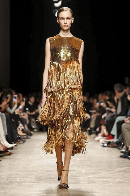 FLECOS - Los verás en vestidos, sport y más sofisticados para la noche, en chalecos, en calzado y bolsos. Este look que recuerda a una burbuja de champán, es de Alessandro Dell'Aqua para Rochas.