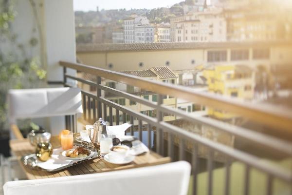 lungarno-collection_portrait-firenze_ponte-vecchio-suite_terrace-view-photogallery.jpg