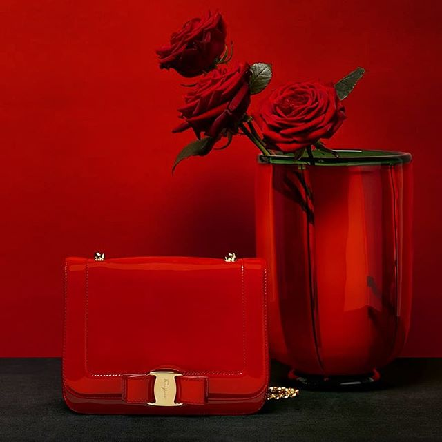 El bolso Vara Rainbow en charol de @ferragamo es 😍😍😍 Todo al rojo. Pura pasión ❤️ #bolsos #bag #bags #ferragamo #vararainbow #ferragamobag #varabag #fashion #instafashion #valentinesday #gifts #ferragamovalentinesday #luxury #luxurylifestyle #instabag #bagoftheday