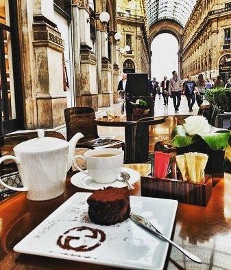 Comenzando la semana en el Gucci Caffè de Milán. Un café y a por todas. Feliz lunes! 😊☕🥐📸😊 #monday #lunes #goodmorning #buenosdias #breakfast #breakfasttime #breakfastlover #coffee #coffeetime #chocolate #milano #italia #italy #luxury #luxurylifestyle #instapic #instamoment #instatravel #travel #travelingram #traveller #travelpic #travelworld #globetrotter #top #blackpeonia