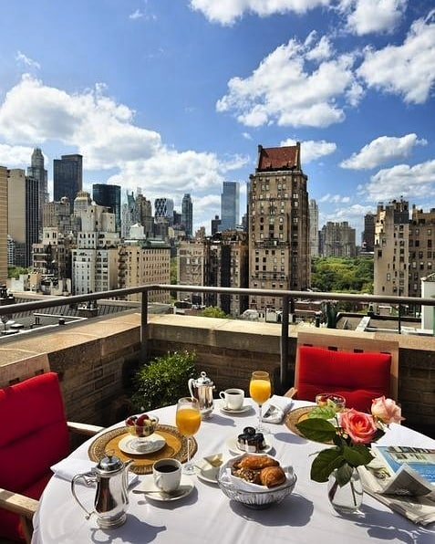 Con muchas ganas de volver a disfrutar del buen tiempo y de unas vistas así de Nueva York! Buenos días! @plazaatheneeny 😍☕🥐📸🏙️😍 #tuesday #martes #goodmorning #buenosdias #breakfast #breakfasttime #breakfastlover #breakfastwithview #coffee #coffeetime #ny #nyc #newyork #luxury #luxurylifestyle #luxuryhotel #instapic #instamoment #instatravel #travel #travelingram #traveller #travelpic #travelworld #globetrotter #blackpeonia