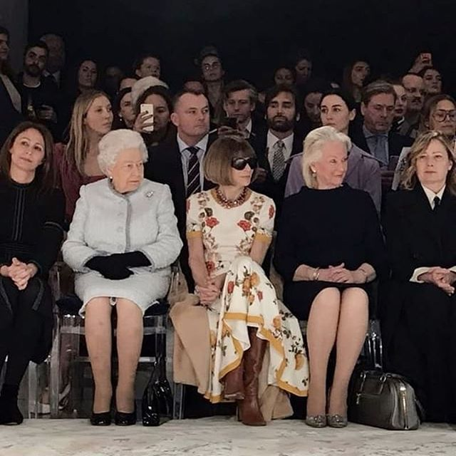 Señoras estupendas en el front row de la London Fashion Week. Y por estupenda no me refiero a Ana Wintour sino a la reina más reina de todas las reinas, Isabel II #muyfan #queenelizabethii #epic #lfw #londonfashionweek  #Repost @bof (@get_repost) ・・・ A royal front row: The Queen made an appearance on the last day of #LFW, sitting next to Anna Wintour at the Richard Quinn show. #fashion #style #lfw #queen #annawintour 📷: @tianweizhang