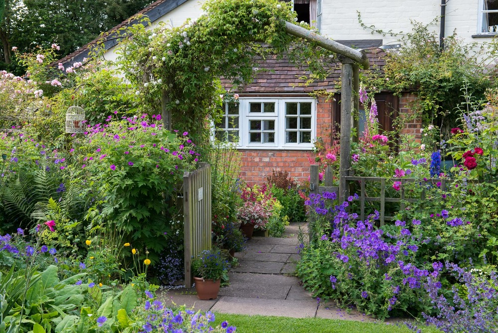 An english cottage garden landscape magazine for Classic house with flower garden