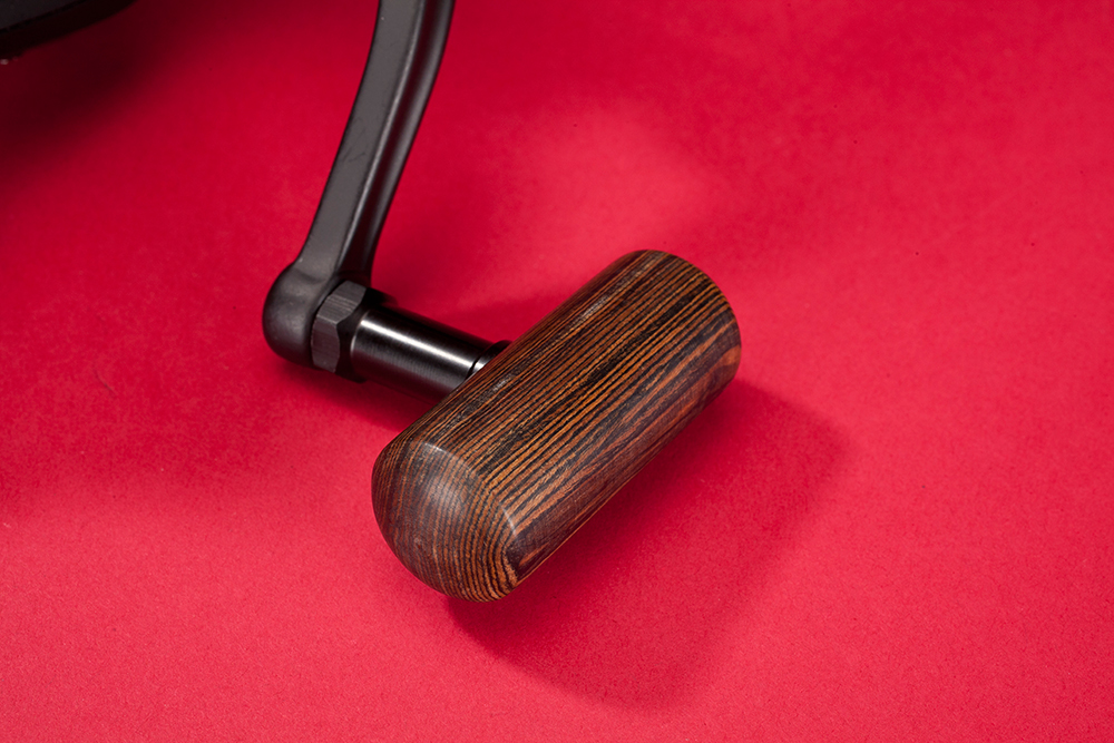 Freely rotating wooden handles give a classic look
