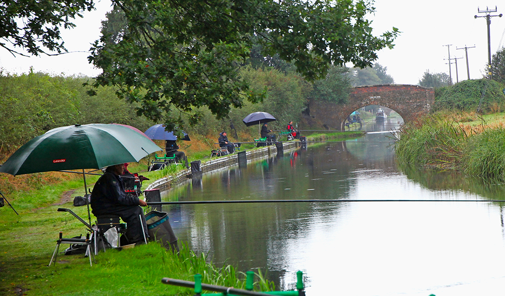 A damp day on the Birmingham/Fazeley Canal.