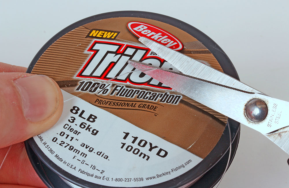 1.Cut off a 24-inch length of 8lb fluorocarbon line to make the hooklength. Hold on to both ends and pull to straighten the line
