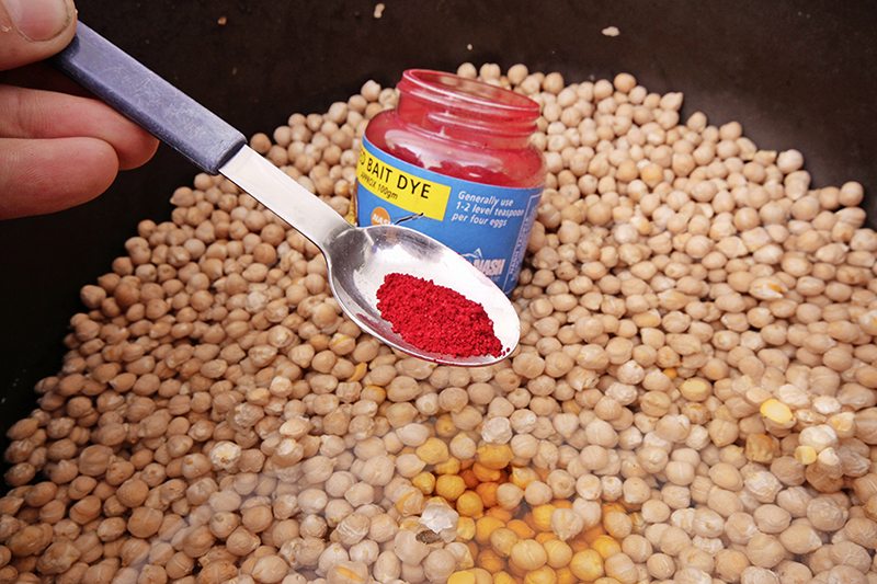 Baits that are naturally moist, such as sweetcorn and chickpeas, can be easily coloured using powdered dyes.